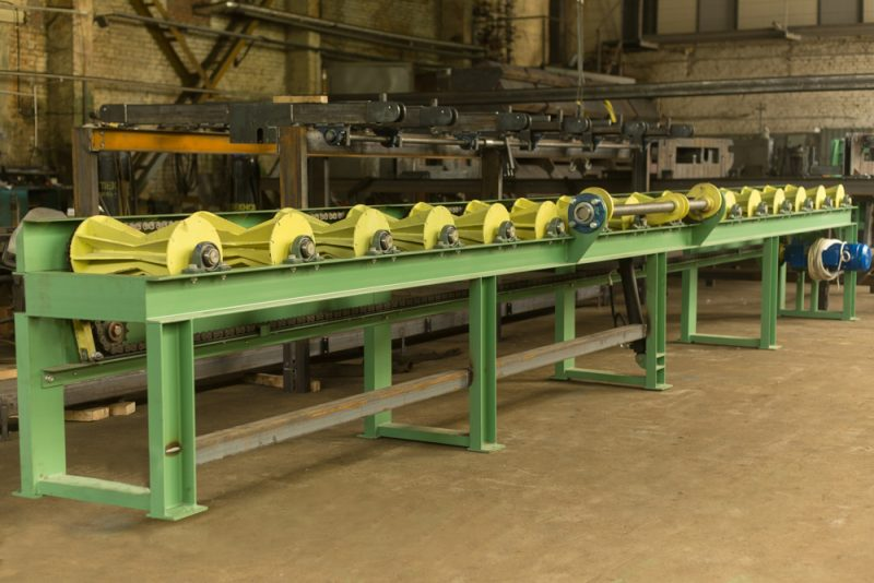 Conical roller conveyor with rollers for logs